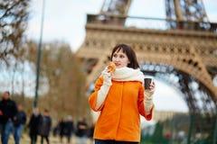 Tourist in Paris, gehend mit Kaffee Stockbild