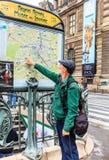 Tourist in Paris, nahe dem U-Bahnplan Lizenzfreie Stockfotos
