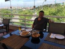 Tourist am portugiesischen Restaurant Lizenzfreie Stockfotos