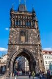 Tourist am Pulver-Turm in Prag Stockfotografie