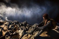 Tourist am Rand des Wasserfalls Stockfotografie