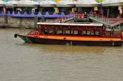 Tourist cruise bumboat on Singapore River Royalty Free Stock Images