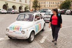 Tourist in Sibiu nahe kleinem Auto Lizenzfreie Stockbilder