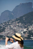 Tourist am Strand in Rio Lizenzfreies Stockfoto