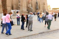 Tourist am Tempel von Luxor - Ägypten stockbild