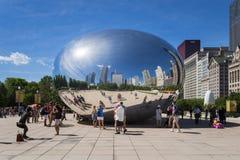 Tourist um das Wolken-Tor ` das Strahl ` am Jahrtausend-Park in Chicago, Illinois Lizenzfreies Stockbild