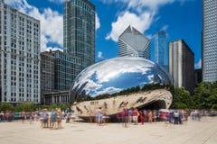 Tourist um das Wolken-Tor ` das Strahl ` am Jahrtausend-Park in Chicago, Illinois Lizenzfreie Stockbilder