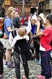 Tourist umgebene ethnische minorrity Marktleute Stockfoto
