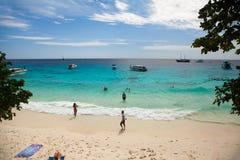 Tourist und Schnellboot stehen im Strand in Similan-Insel still Stockbild
