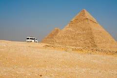 Tourist Van Stopp Pyramids Giza Lizenzfreie Stockfotos