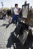 Tourist vor dem Stand der Karikatur in Rom Stockbild