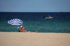 Tourist vor einem Tauchenboot vor der Küste von Dania Beach im Fort Lauderdale, Florida Stockfotografie