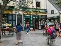 Tourist wirft für Foto außerhalb Shakespeare und Company, Paris, Frankreich auf Stockbilder