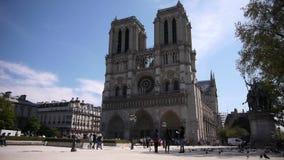 Touriste à la cathédrale Notre Dame à Paris, France banque de vidéos