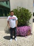 Touriste américain en dehors d'hôtel dans Oeiras, Portugal Photographie stock libre de droits