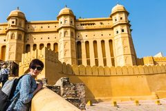 Touriste Amer Fort de fille Fort ambre Image libre de droits