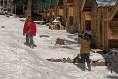 Touriste appréciant la neige à la vallée de Yumthang images libres de droits