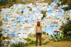 Touriste appréciant la vue aérienne de Chefchaouen photos libres de droits