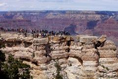 Touriste appréciant la vue de la jante occidentale de Grand Canyon images libres de droits