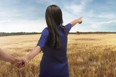 Touriste asiatique de couples de voyageur tenant des mains sur le déplacement Photos stock