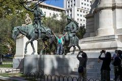 Touriste asiatique prenant des photos à la statue de Don Quixote Photo stock