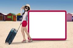 Touriste attirant avec le conseil vide Photographie stock