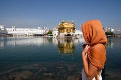 Touriste au temple d'or Photographie stock