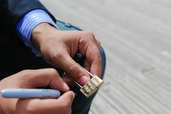 Touriste avec des cadenas d'amour, Paris Images stock