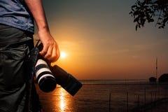 Touriste avec l'appareil-photo au coucher du soleil Image libre de droits