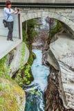 Touriste avec l'appareil-photo sur la cascade de Gudbrandsjuvet, Norvège Photographie stock
