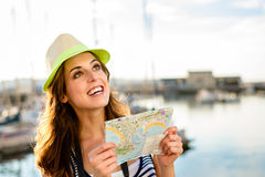 Touriste avec la carte sur le voyage d'été par le port photos stock