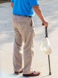 Touriste avec le chapeau et le bâton de marche photographie stock
