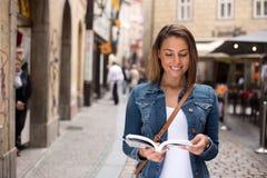 Touriste avec le guide images stock