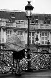 Touriste avec le parapluie par jour pluvieux au pont des arts à Paris Photographie stock libre de droits
