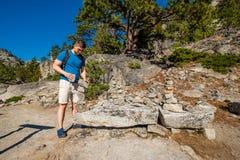 Touriste avec le sac à dos augmentant en montagnes Photo libre de droits