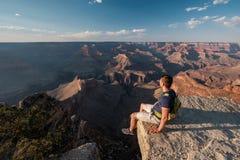 Touriste avec le sac à dos chez Grand Canyon Images libres de droits