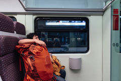 Touriste avec le sac dans le train de KLIA de Kuala Lumpur, Malaisie Image libre de droits