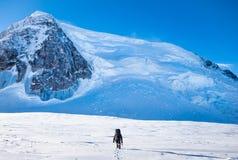 Touriste avec un panorama de sac à dos et de montagne Photo stock
