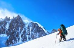 Touriste avec un panorama de sac à dos et de montagne Images stock
