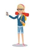 Touriste blonde de fille avec des lunettes de soleil de sac à dos de smartphone Photos stock