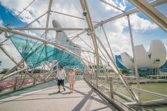 Touriste caucasien sur le pont d'hélice en Marina Bay, Singapour Images stock