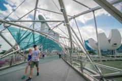 Touriste caucasien sur le pont d'hélice en Marina Bay, Singapour Images libres de droits