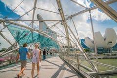 Touriste caucasien sur le pont d'hélice en Marina Bay, Singapour Photographie stock libre de droits