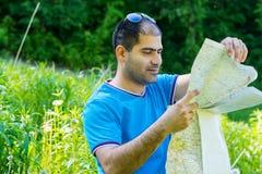 Touriste d'homme dans la forêt Photographie stock