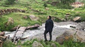 Touriste d'homme en montagnes de Caucase regardant autour pour apprécier la vue, tir sur le concept de voyage de téléphone portab banque de vidéos