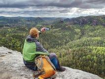 Touriste d'homme en nature Jour libre de ressort en montagnes rocheuses photos stock