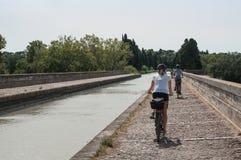Touriste dans la bicyclette dans le ` du canal du Midi de ` de canal de frontière près de Beziers Photos stock