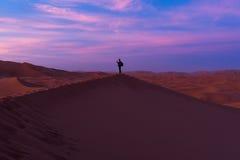 Touriste dans le désert Photos stock