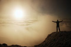Touriste dans le noir sur la crête Geste de triomphe Photos libres de droits