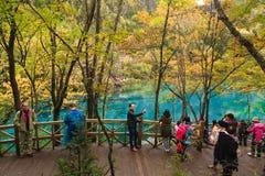 Touriste dans le paysage de Jiuzhaigou Photos libres de droits